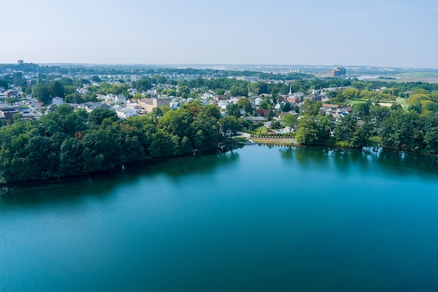 Vista aérea do lago perto da comunidade residencial de sayreville new jersey, uma pequena cidade americana