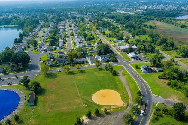 Vista aérea do lago perto da comunidade residencial de uma pequena cidade americana em sayreville, nova jersey, eua