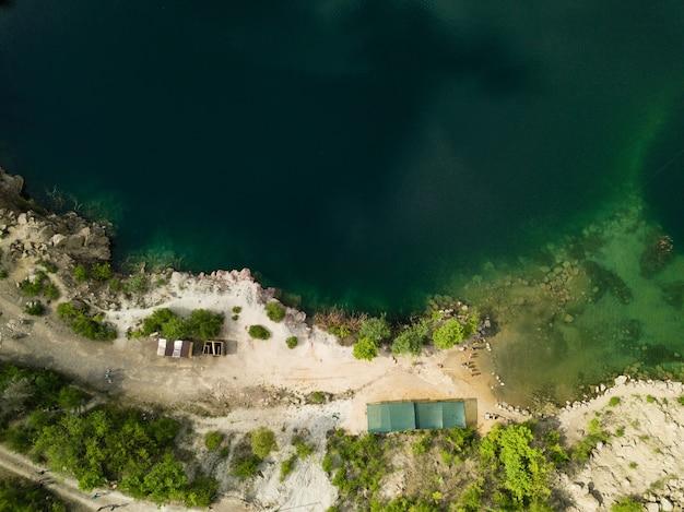 Vista aérea do lago radon no lugar da pedreira de granito inundada perto do rio southern bug, vila de mihiia, ucrânia. lugar famoso para descanso