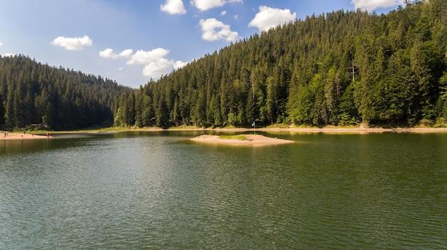 Vista aérea do lago synevyr. o maior lago dos cárpatos.