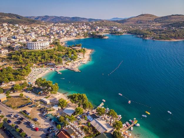 Vista aérea do litoral da cidade turística de ksamil em um dia ensolarado de verão