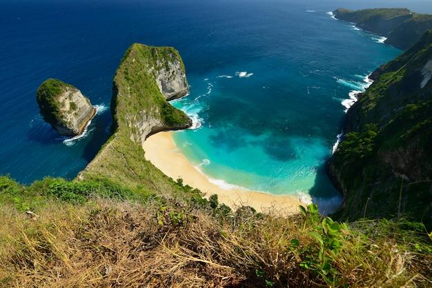 Vista aérea do litoral maravilhoso da praia localizada em nusa penida, indonésia.