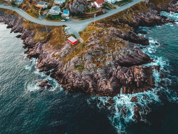 Vista aérea do mar ao lado da montanha