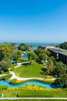 Vista aérea do mar de oceano hua hin com parque e jardim na tailândia