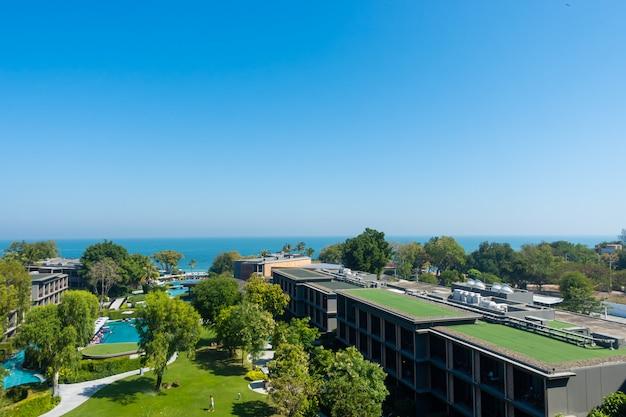 Vista aérea do mar do oceano hua hin com parque e jardim na tailândia