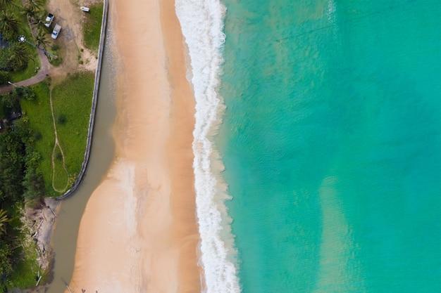 Vista aérea do mar tropical e areia da praia