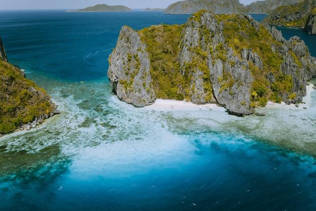Vista aérea do mar tropical pilha de rochas da ilha exótica, el nido, palawan, filipinas.