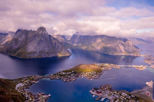 Vista aérea do monte reinebringen do fiorde e da vila reine lofoten, noruega