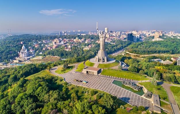 Vista aérea do monumento à pátria mãe e do museu da segunda guerra mundial em kiev, capital da ucrânia
