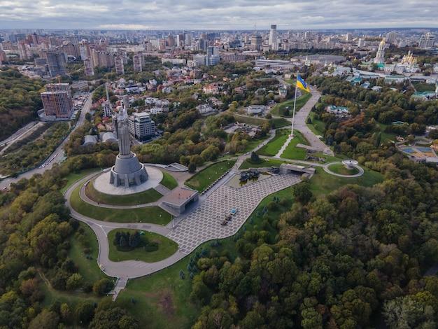 Vista aérea do monumento à pátria mãe no centro da cidade