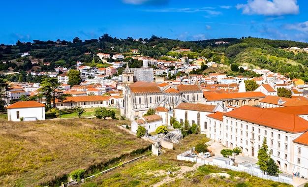 Vista aérea do mosteiro de alcobaça. em portugal