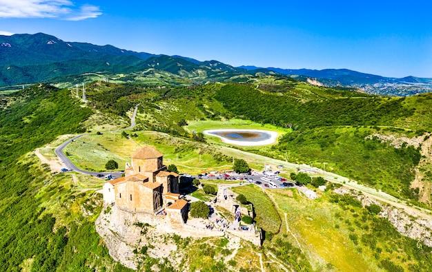 Vista aérea do mosteiro de jvari perto de mtskheta. na geórgia