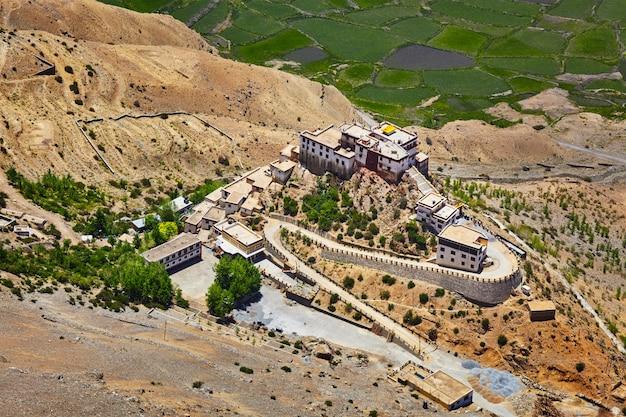 Vista aérea do mosteiro de ki gompa, vale de spiti, himachal prades