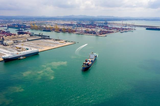 Vista aérea do navio de carga de contêineres em importação, exportação, serviços de negócios, comércio, logística e transporte internacional por navio de carga de contêineres em mar aberto,