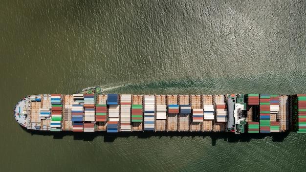 Vista aérea do navio de carga de contêineres, importação, exportação, logística, comércio, comércio e transporte internacional, por, navio, de carga, contêineres, em, mar aberto,
