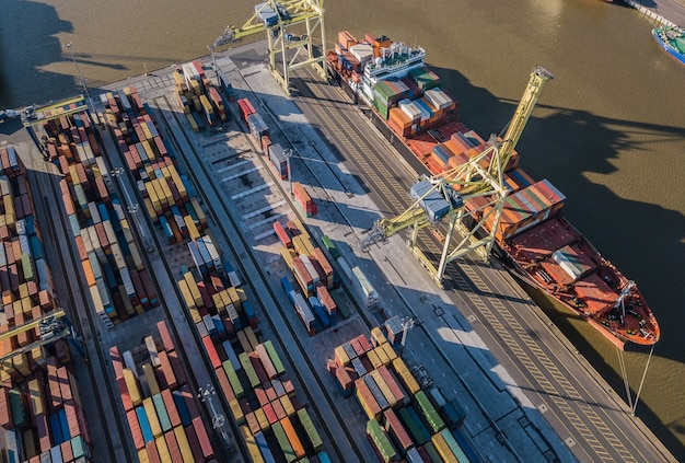 Vista aérea do navio de carga descarregando no terminal de contêineres