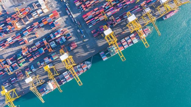 Vista aérea do navio de carga e contêineres