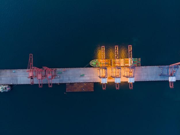 Vista aérea do navio do gás em torno do porto internacional do navio terminal.