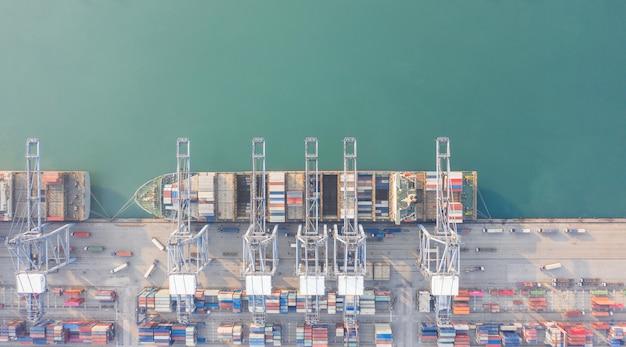 Vista aérea do navio porta-contentores no porto