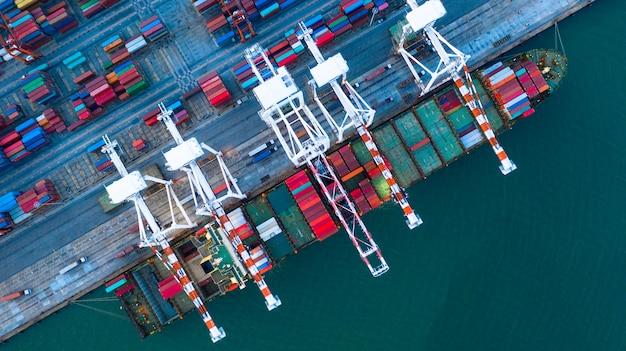 Vista aérea do navio porta-contentores que chega no porto comercial.
