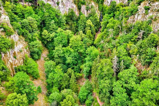 Vista aérea do nideck creek e da cachoeira nas montanhas de vosges no verão. alsácia, frança
