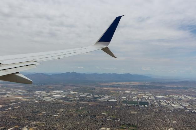 Vista aérea do norte da fênix arizona ao longo de olhar para o leste no avião nos eua