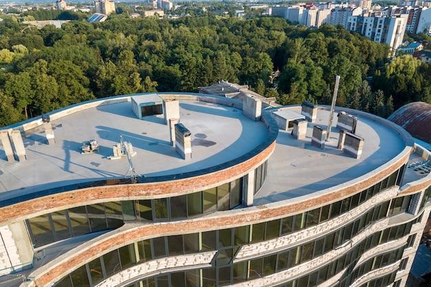 Vista aérea do novo arranha-céu em construção.