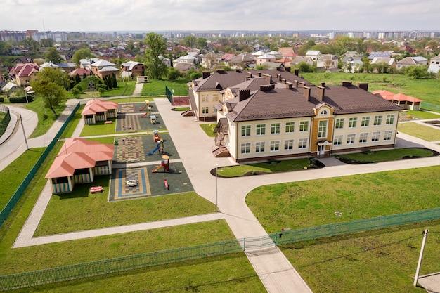 Vista aérea do novo edifício pré-arrefecido em área rural residencial.