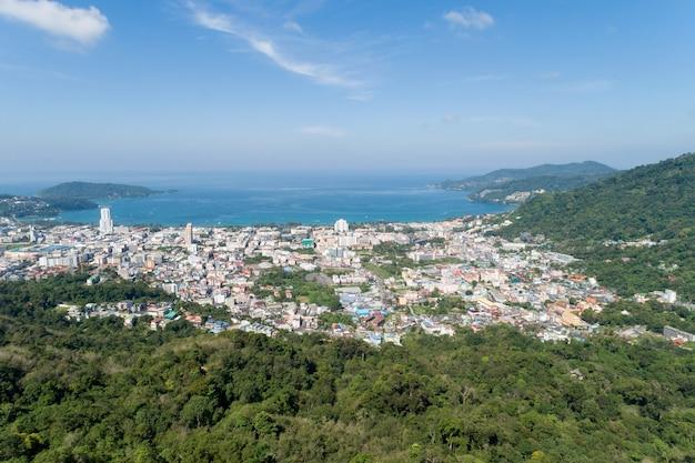 Vista aérea do oceano azul e do céu azul com a montanha em primeiro plano
