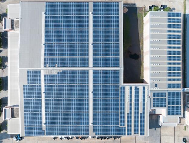 Vista aérea do painel solar no telhado da fábrica