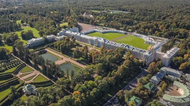 Vista aérea do palácio de catarina e do parque de catarina em são petersburgo