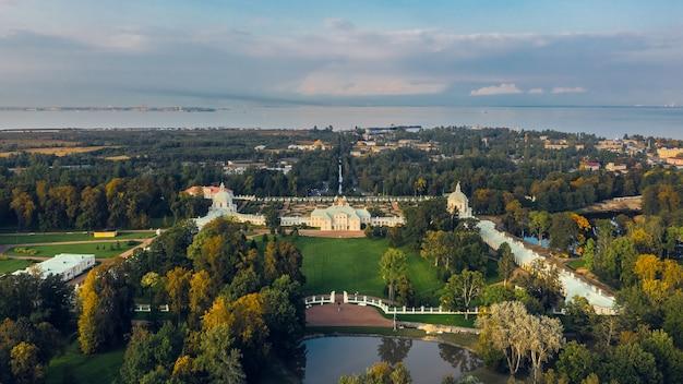 Vista aérea do palácio menshikovskiy em lomonosov. é uma grande propriedade imperial com um palácio do século 18