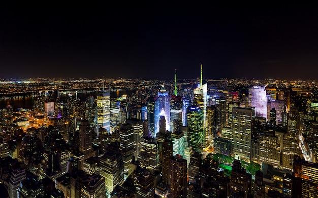 Vista aérea do panorama de times square à noite