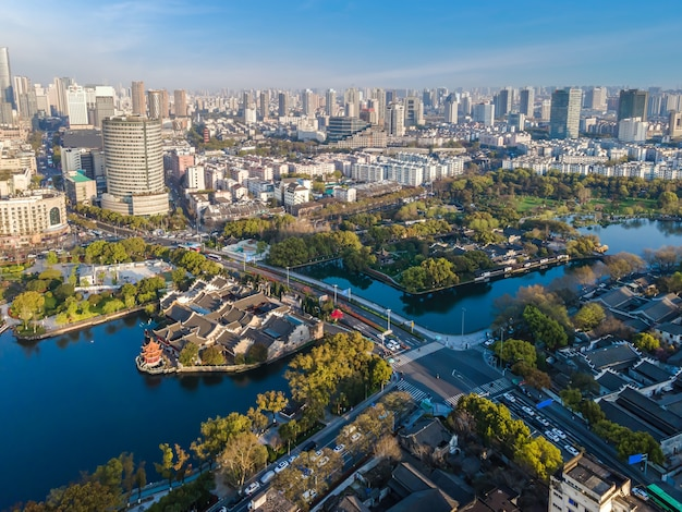 Vista aérea do parque ningbo yuehu e cenário da cidade
