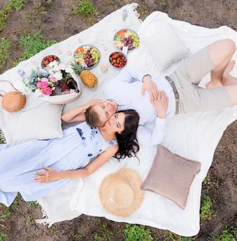 Vista aérea do piquenique para os amantes em um dia de verão