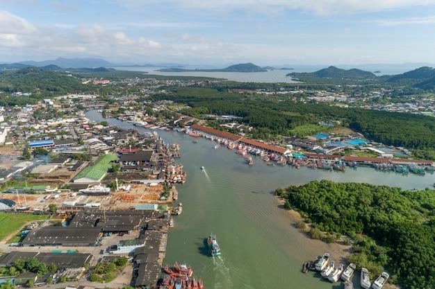 Vista aérea do porto de pesca de phuket é o maior porto de pesca localizado na ilha koh siray de phuket, tailândia.