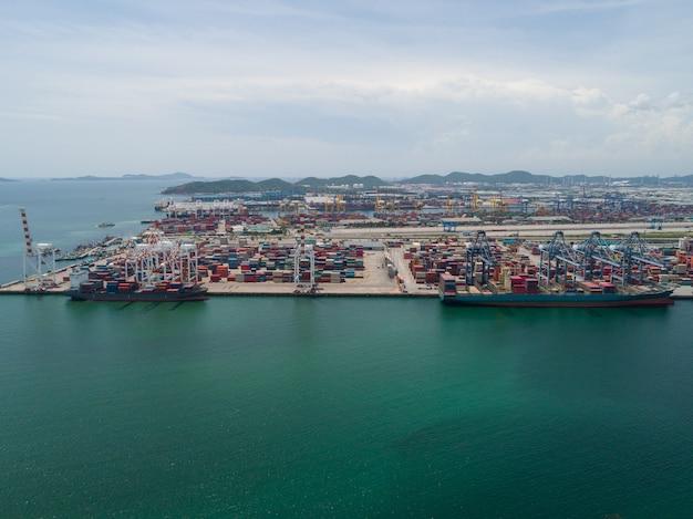 Vista aérea do porto industrial com contêineres, grande navio porta-contêiner descarregado no porto