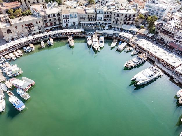 Vista aérea do porto marítimo e da cidade velha de kyrenia girne é uma cidade na costa norte de chipre em 2020