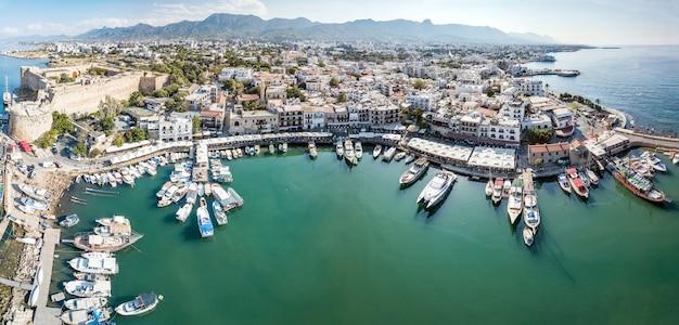 Vista aérea do porto marítimo e da cidade velha de kyrenia girne é uma cidade na costa norte de chipre
