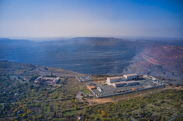 Vista aérea do prédio administrativo perto de uma enorme pedreira na fábrica de mineração do sul da ucrânia