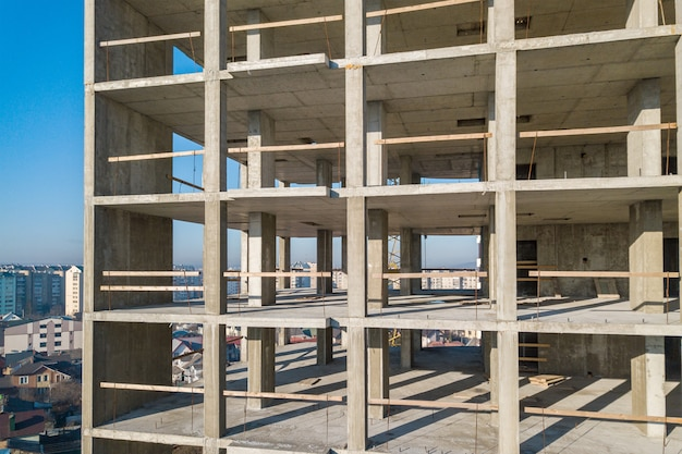 Vista aérea do quadro de concreto do prédio alto em construção em uma cidade.