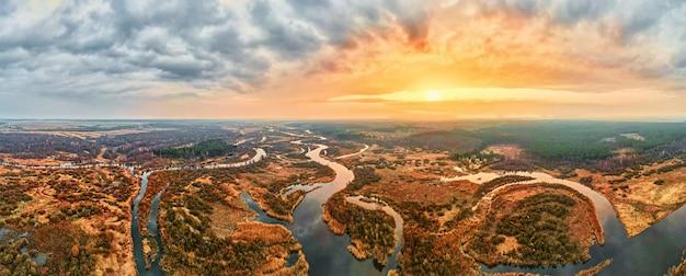 Vista aérea do rio ao pôr do sol