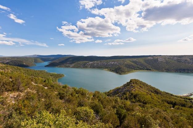 Vista aérea do rio krka no parque nacional de krka, croácia