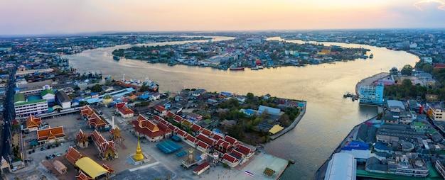 Vista aérea do rio tha-chin na província de samuthsakorn nos arredores de banguecoque, tailândia