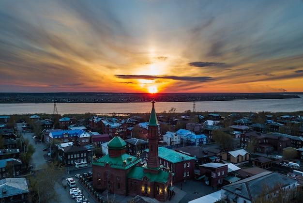 Vista aérea do rio tom. cidade de tomsk no pôr do sol. sibéria, rússia.