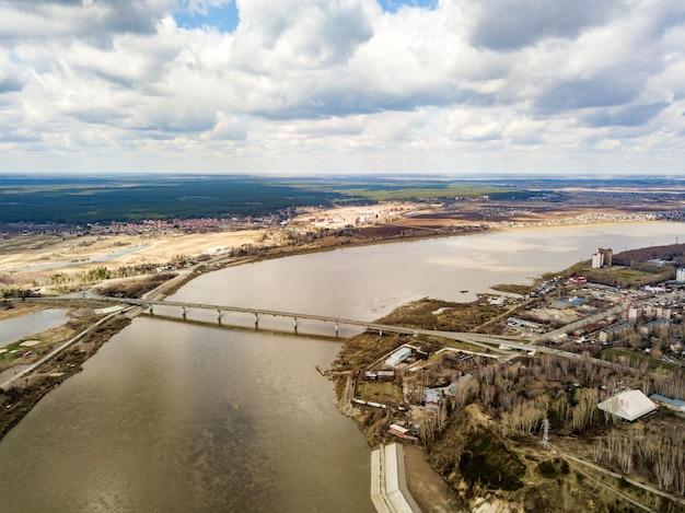 Vista aérea do rio tom e da cidade de tomsk. início da primavera na sibéria. rússia.