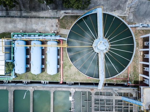 Vista aérea do sistema de filtragem de água na planta de produção de água