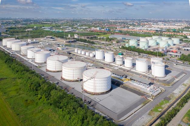 Vista aérea do tanque de armazenamento da indústria química e caminhão-tanque em lamentação na planta industrial para transferir óleo para posto de gasolina.