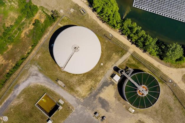Vista aérea do tanque de recirculação e sedimentação, estação de tratamento de água perto da lagoa