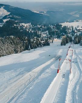 Vista aérea do teleférico de garfo. montanhas nevadas. copie o espaço